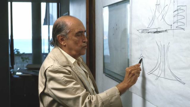 Exílio de Niemeyer em Paris detonou a fase alienígena do arquiteto de Brasília, diz livro