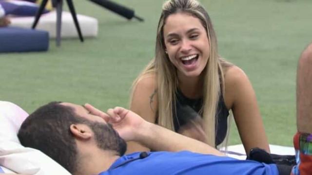 """Gil diz a Sarah que quer namorar com Lucas quando deixar o """"BBB21"""""""