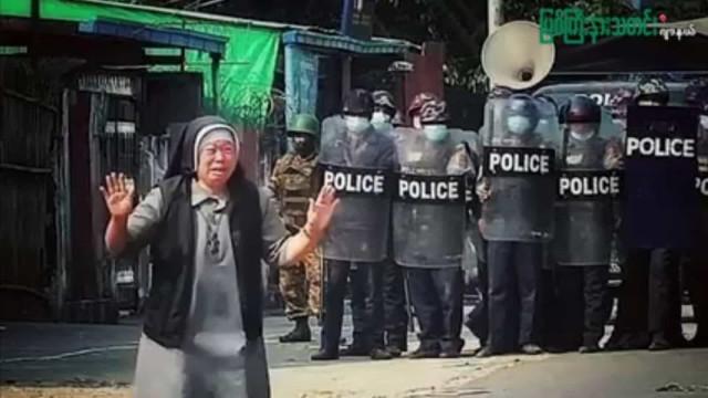 """Por favor, me matem"". Freira protege manifestantes em Myanmar"