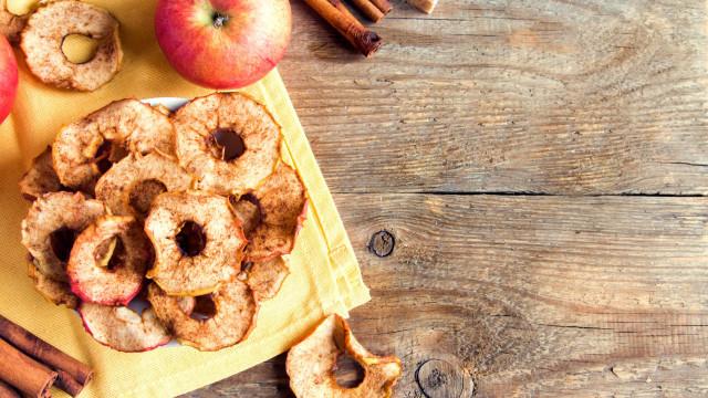 Snack saudável. Prepare umas chips de maçã e canela