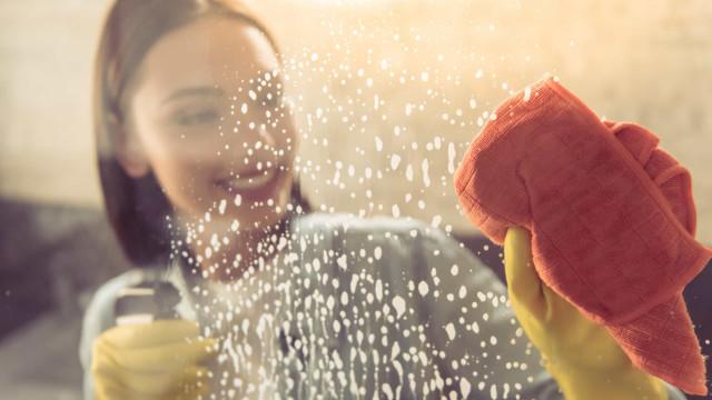 Aprenda a limpar o espelho do banheiro com vinagre, passo a passo