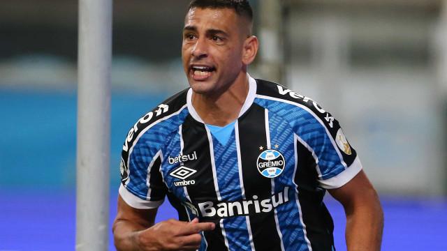 Diego Souza, artilheiro na goleada do Grêmio, leva bola para casa: 'É um troféu'