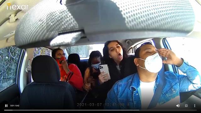 """Uber bane passageira após vídeo """"chocante"""" onde ela tosse no condutor"""