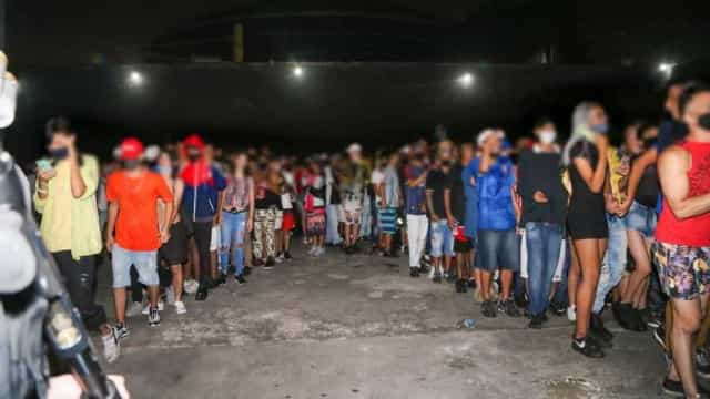 Baladas pandêmicas: jovens continuam indo a festas, apesar da pandemia