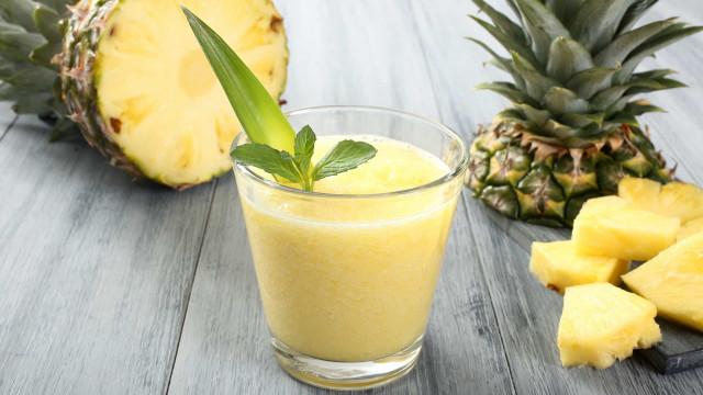 Está de dieta? Experimente este suco detox de abacaxi e hortelã