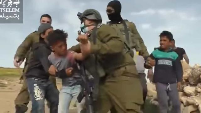 Militares israelenses prendem crianças por estarem em território proibido