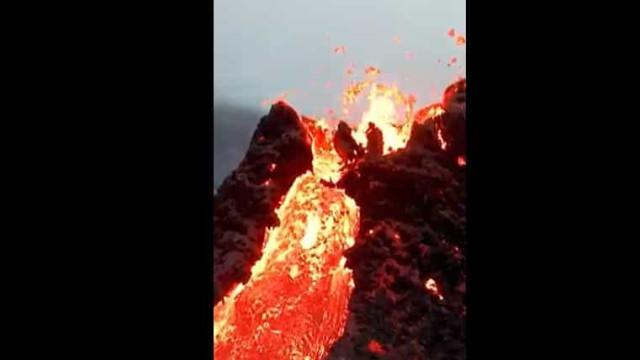 Drone capta imagens incríveis de vulcão em erupção na Islândia