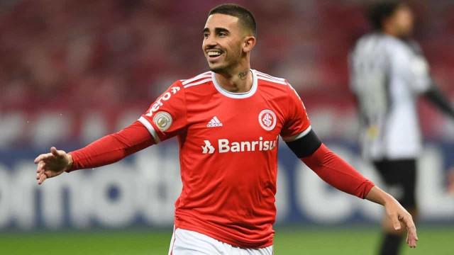Thiago Galhardo comemora gol e exalta concorrência no ataque do Internacional