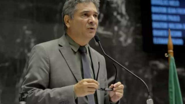 Com Covid-19, deputado defensor da cloroquina aguarda vaga na UTI