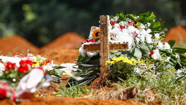 Brasil vê média diária de vítimas da covid-19 voltar a se aproximar de 2 mil