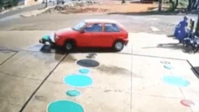 Vídeo: em posto, carro passa por cima de frentista que estava agachado