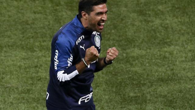 Sem se preocupar com reforços, Abel valoriza Renan na lateral do Palmeiras