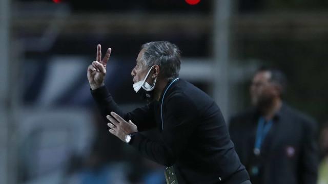 Holan assume culpa por derrota do Santos: 'Temos que melhorar muito'
