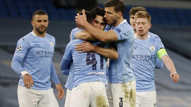Com um a menos, Leeds suporta pressão do Manchester City e vence líder do Inglês