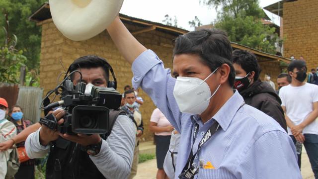 Esquerdista lidera boca de urna no Peru, com diferença mínima entre primeiros colocados