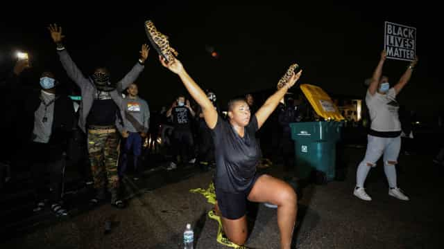 Minnesota é palco de confrontos com polícia após morte de afroamericano