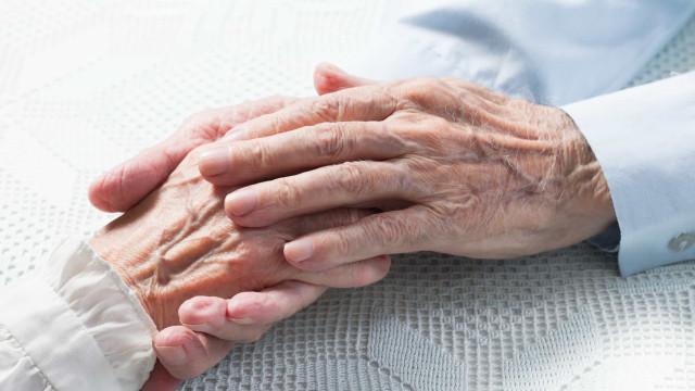 Idade avançada pode aumentar risco de ocorrer queda em casa