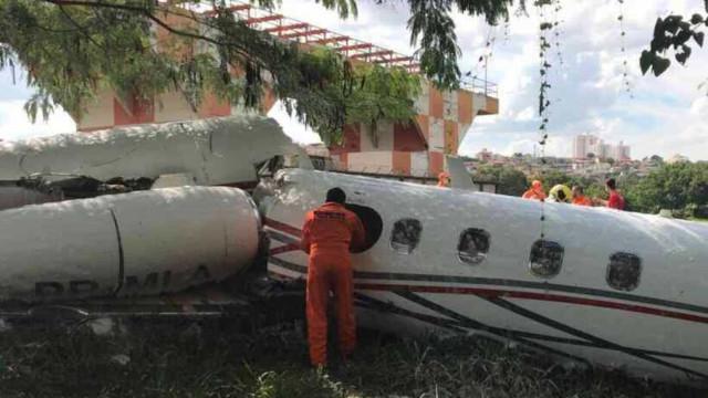 Avião cai no Aeroporto da Pampulha e mobiliza bombeiros