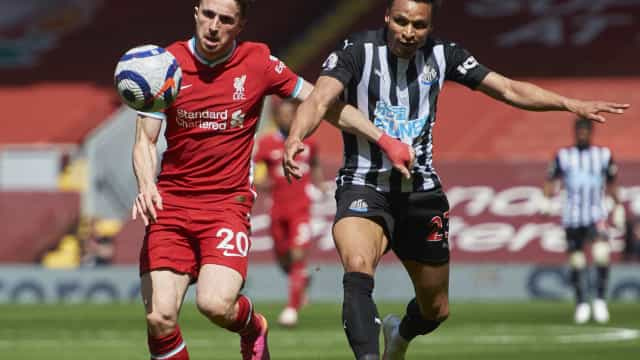 Liverpool leva empate do Newcastle no último lance e se complica no Inglês