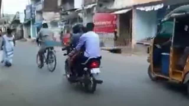 Sem ambulância, homem é obrigado a transportar o corpo da mãe de moto