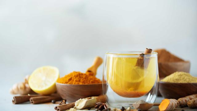 Emagreça com este poderoso suco termogênico de limão, curcuma e pimenta