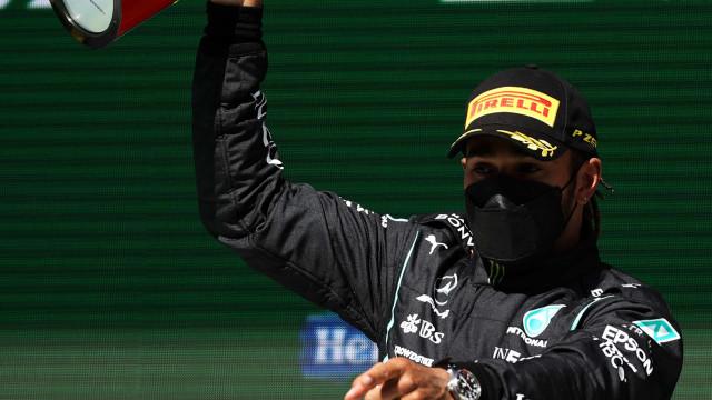 Hamilton ganha duelos com Verstappen e vence GP de Portugal