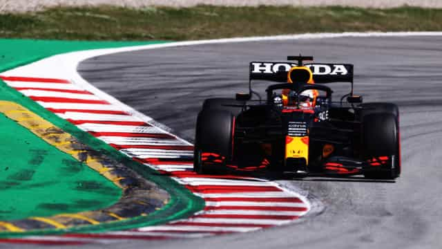 Verstappen passa Hamilton na largada da sprint qualifying e é pole em Silverstone