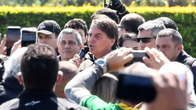 Bolsonaro critica governadores e defende fim de medidas de isolamento social
