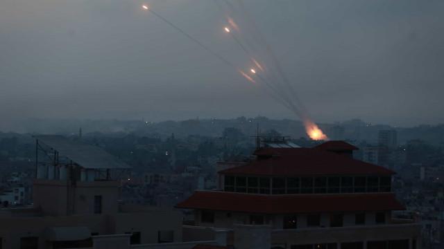 Israel concentra tropas na fronteira com Gaza em meio a foguetes do Hamas