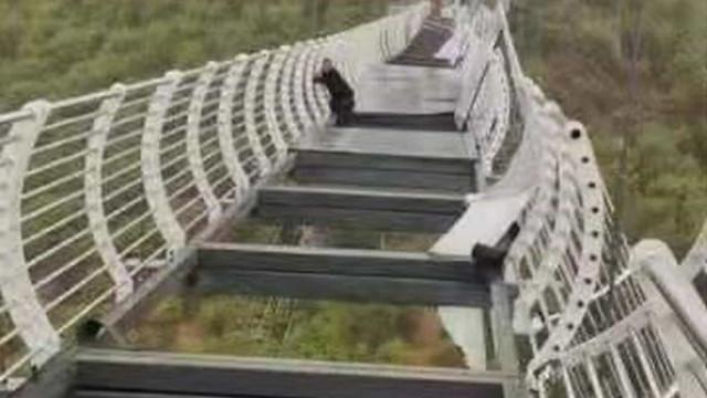 Ponte de vidro na China quebra e homem fica pendurado a 100 m de altura