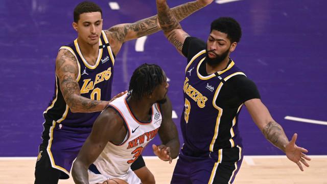 Lakers derrotam Knicks e seguem na luta para avançar direto aos playoffs da NBA