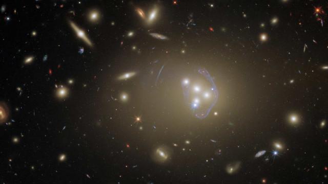 Telescópio Hubble capta imagem (deslumbrante) de aglomerado de galáxias