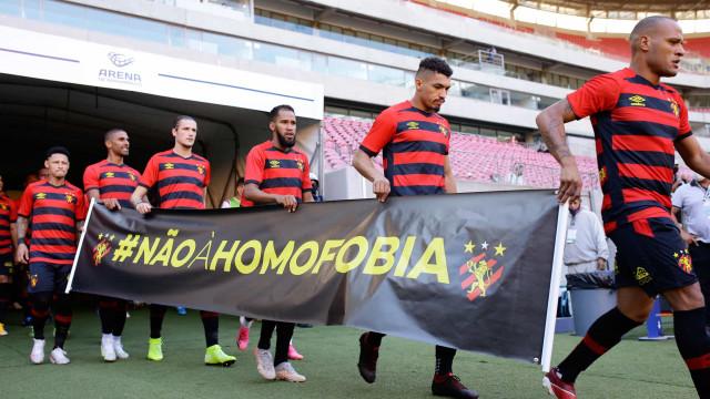 Sport homenageia Gil do Vigor com camiseta e dança do 'tchaki tchaki' em jogo