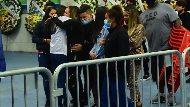 Viúva de Mc Kevin é amparada ao chegar a velório, em São Paulo