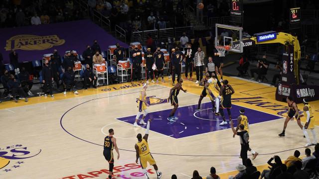 LeBron James decide no final e Lakers superam Warriors para avançar aos playoffs