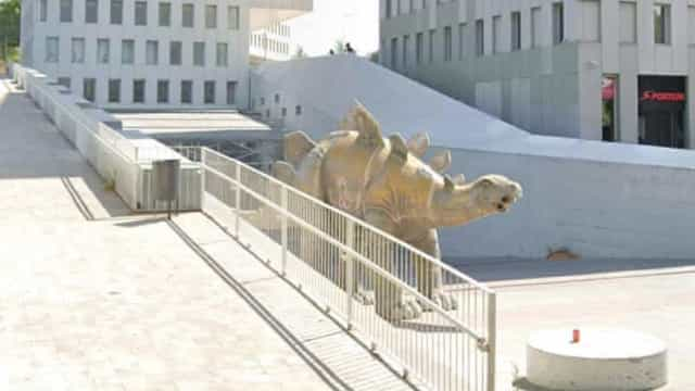 Corpo de homem desaparecido é encontrado dentro de estátua de dinossauro