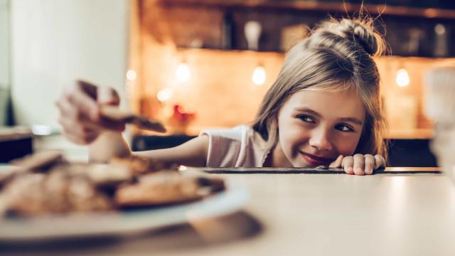 Quatro alimentos que as crianças devem evitar