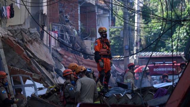 Criança morre após o desabamento do prédio no Rio
