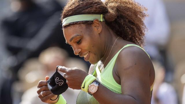 Serena Williams sofre, mas supera compatriota e está nas oitavas de Roland Garros