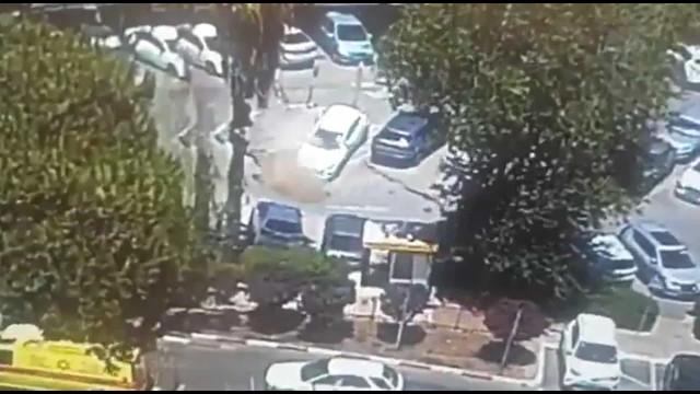 Cratera abre-se em Israel e engole três carros estacionados