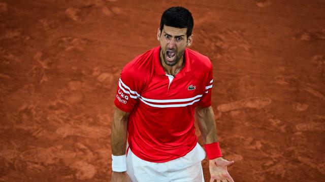 Após paralisação por toque de recolher, Djokovic vence e revê Nadal na semifinal