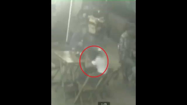 Homem bate em namorada e é espancado por clientes em bar no Rio