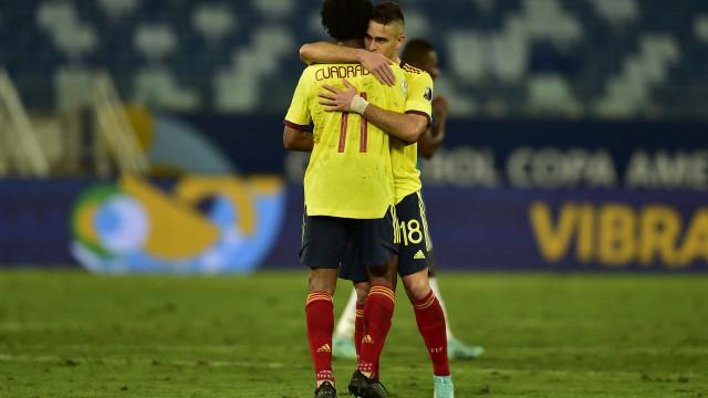 Colômbia faz belo gol em jogada ensaida, vence Equador e cola no Brasil