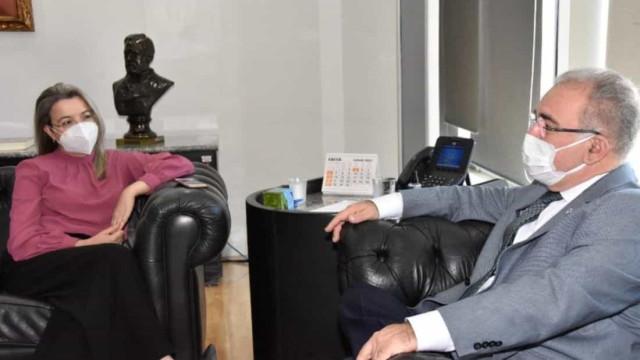 Governo nomeia cirurgiã para chefiar nova secretaria de enfrentamento à Covid