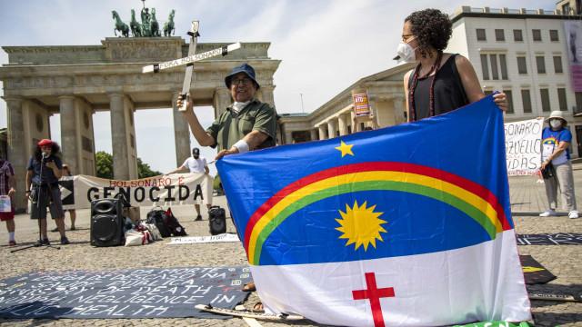 Dezenas de manifestantes fazem protesto em Berlim, na Alemanha, contra Bolsonaro