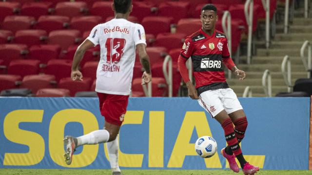 Bragantino supera Flamengo no Maracanã e dorme na ponta do Brasileiro