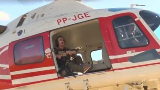 'Estou indo te pegar' posta deputada com fuzil em helicóptero; vídeo