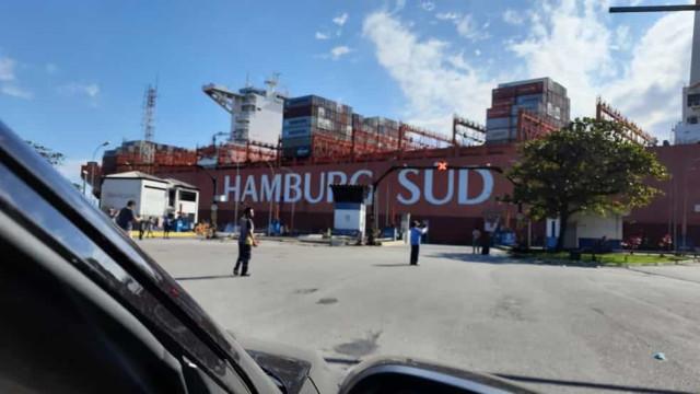 Navio desgovernado bate em estação de balsas no porto de Santos