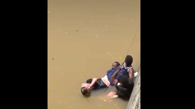 Jogador de basquete mergulha em rio para salvar homem de morrer afogado