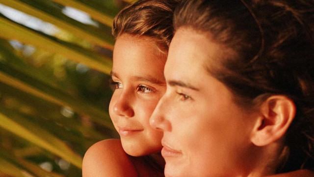 Deborah Secco celebra estreia da filha, Maria Flor, em novela